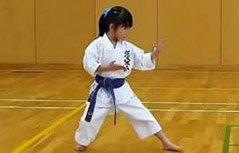 萌娃学习跆拳道努力踏碎木板
