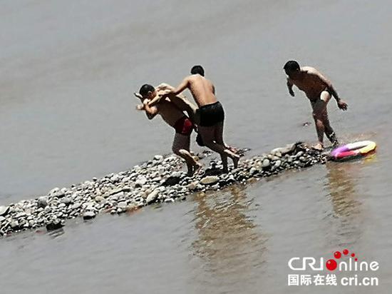 男孩跌入江溺水5分钟 男子8分钟教科书式营救