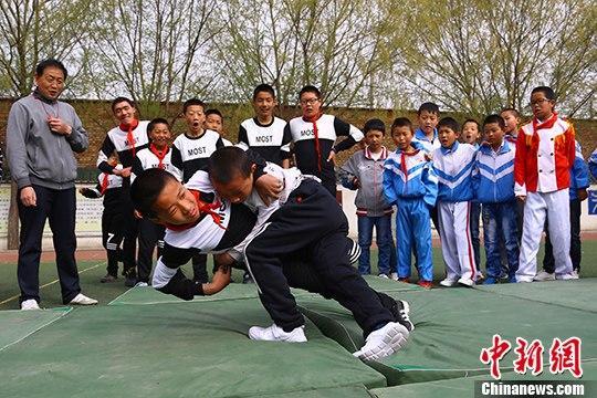 """比赛,搏克射箭,角逐等多项少数民族传统体育项目成为小学生斗鸡摔跤""""青运会福州羽毛球视频录像图片"""