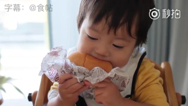 """一个名叫""""小空""""的日本小男孩,第一次吃汉堡,吃相实在是太太太太太太可爱了!"""