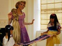 组图:中国小公主为长发公主送上美丽卷幅画礼物