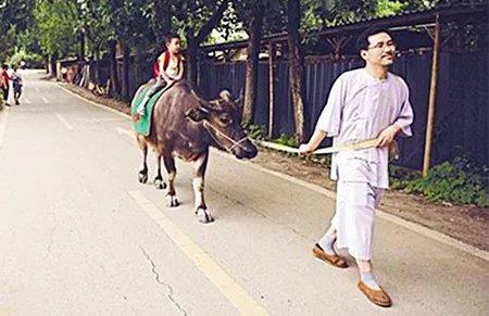 国学教授把家打造成动物园 4岁儿子骑驴去上学