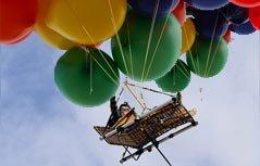 """组图:躺椅版""""飞屋环游"""" 美冒险家用氢气球升空2400米"""
