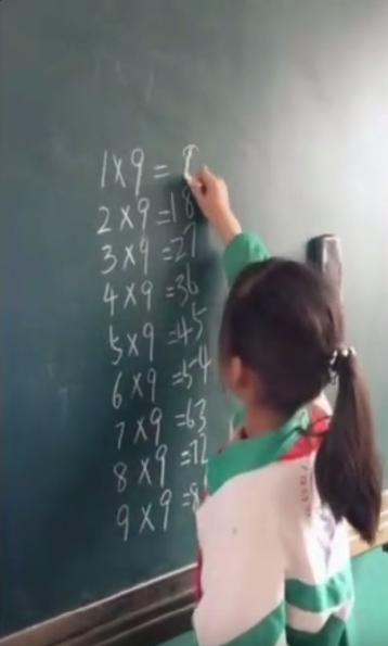 小女孩太聪明了,做算法都悟出规律了,当年我怎么没想到呢