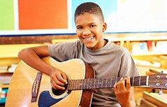 音乐课上一个笑点低的男孩!