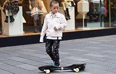 萌童跟爸爸学滑板