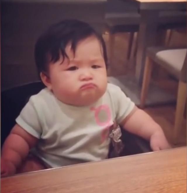 第一次吃柠檬的宝贝,隔着屏幕都感觉到酸~~