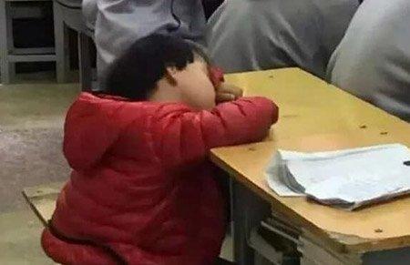 四岁女孩趴在妈妈的教室里睡觉:有一种孩子,叫做老师家的孩子