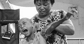 母亲带病女流浪7年 为生命坚守