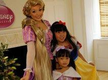 组图:腾讯小公主与长发公主亲密依偎