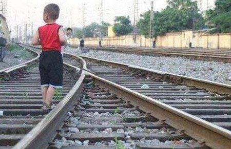 这个家长心真大:为让儿子练胆 半路留娃在高铁