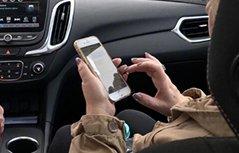 全世界的妈妈都用这种姿势拿手机?网友:没错,是我妈