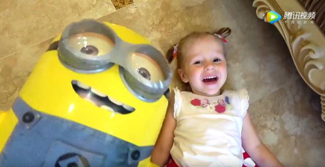 宝宝吃漂亮好吃的蛋糕和巨大的小黄人玩具玩儿游戏!