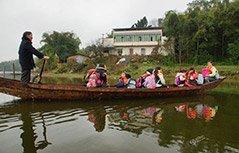 组图:老师划船10年 每天花两小时接送孩子上学