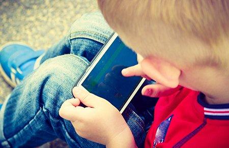 你玩手机,孩子就离危险更近一步