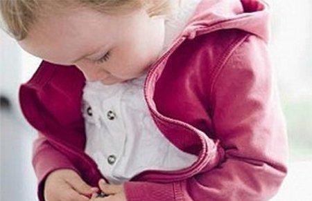机智有趣!英国2岁男童向父亲?#25925;?#24555;速穿衣法