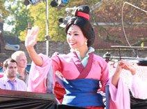 组图:中国花木兰公主沉稳步入殿堂