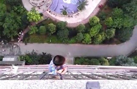 5岁男童从20楼掉到19楼悬挂20分钟:奶奶去跳舞了