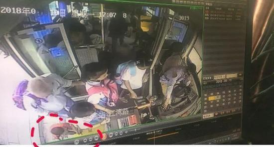 4岁萌娃逃离幼儿园爬上公交车:要跟喜欢的女孩回家