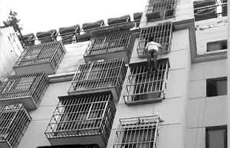 男童头被卡5楼防盗窗 小伙徒手爬楼托举20分钟