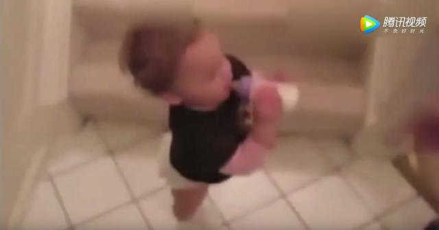 妈妈喊吃奶了,2岁宝宝赶紧从二楼下来,过程让人笑爆了!