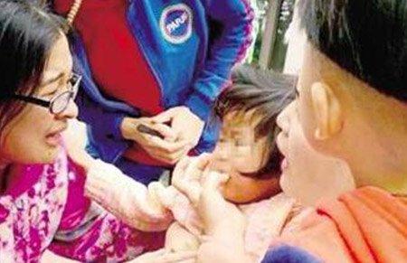 2岁女童奶糖卡喉 护士伸手紧急施救被咬出血称值
