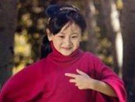 组图:田亮陪女儿森林玩耍 爱不释手化身温情奶爸