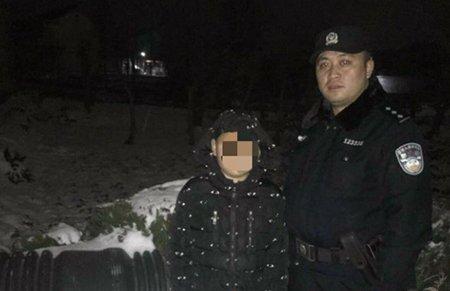 怕爸爸回家检查作业 11岁男孩雪夜躲进废塑料管