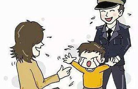 女子陪伴走失小男孩险被当人贩 警察赶来真相大白