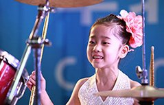 五岁小萝莉架子鼓秀 太有范儿了!