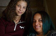组图:双胞胎姐妹因肤色不同受嘲笑