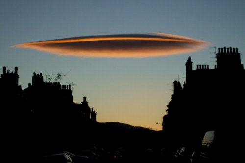组图:奇异云团形似飞碟