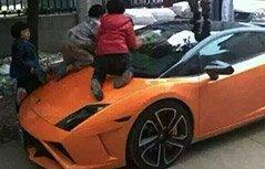 十岁男孩儿自驾撞坏七车 熊孩子才是汽车的最大天敌