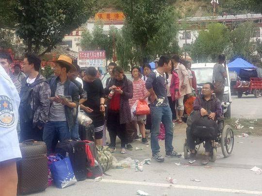 11岁男孩地震遇难 母亲抱满口袋玩具接骨灰回家