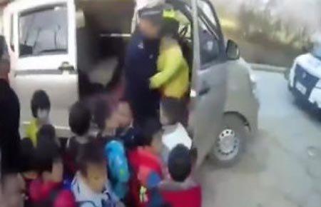 幼儿园7座黑校车塞满了24个娃 孩子脸都贴在了车窗上