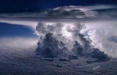 组图�飞行员高空抓拍疾风骤雨 如近在咫尺