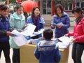 成长路平安行·大邑东街幼儿园向家长发放宣教材料