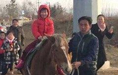 组图:这老爸真帅 骑马接女儿放学