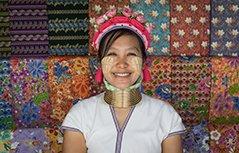 组图:泰长颈族女人终生带项圈