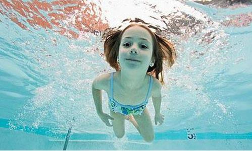 儿童练游泳时_让孩子学游泳需要做好这几件事_儿童