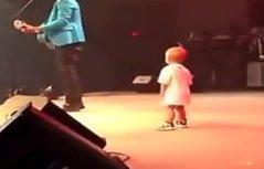 萌翻了 爸爸台上唱歌熊孩子叼奶嘴伴舞