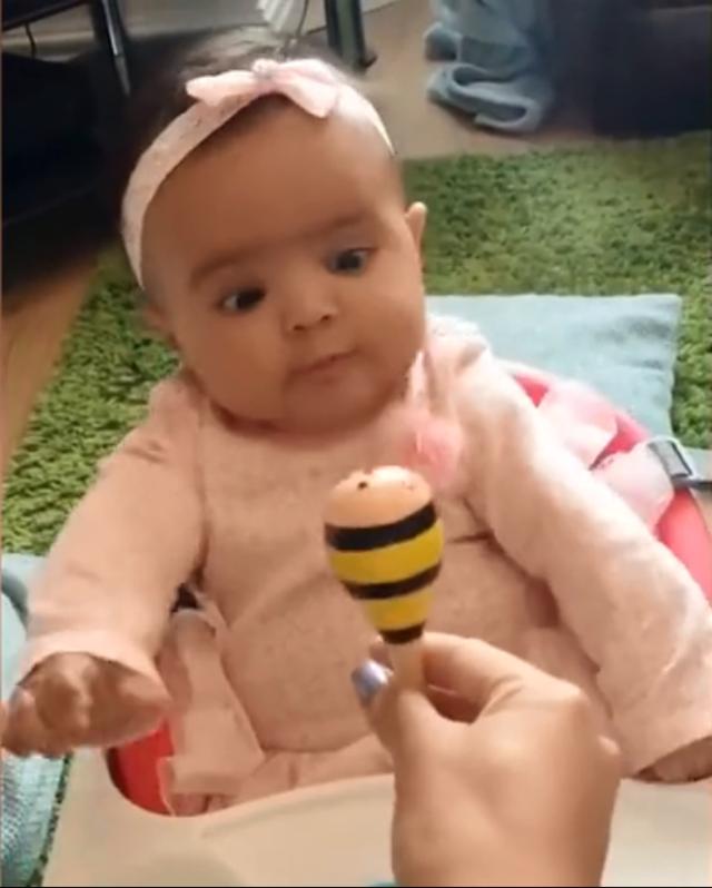 看着新玩具的小宝宝,神情超可爱!