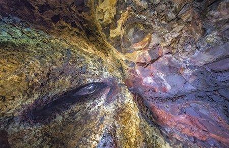 """深入冰岛火山心脏 熔岩冲击形成天然""""壁画""""令人震撼"""