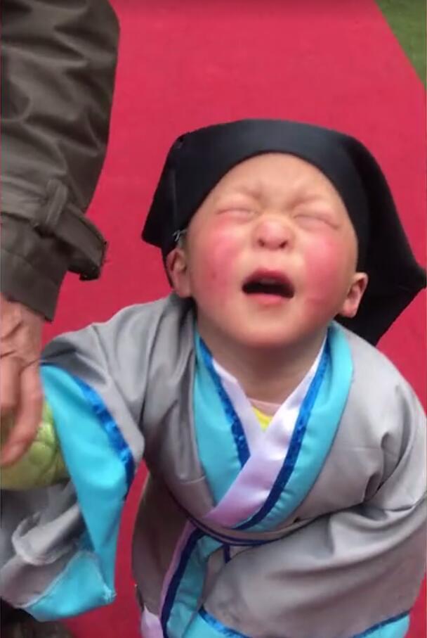 开学季小朋友爆哭:抬头问苍天,为什么要上学?
