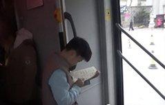 小学生公交上站6站路写作业 暖心司机为其备桌子