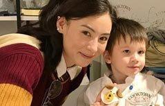 张柏芝享受亲子乐 俩儿子化身小厨师