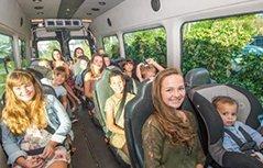 美国夫妇养育16名子女出门像坐公交车