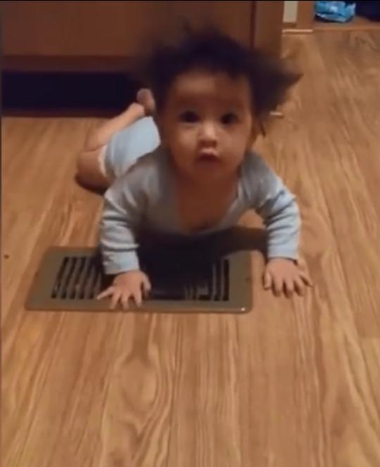 """有趣!宝贝玩耍时,总是有很多""""意外惊喜""""出现~"""