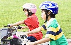 四岁双胞胎玩转自行车