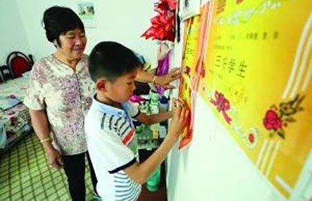 12岁女娃独自照顾奶奶三年 家里奖状贴满墙